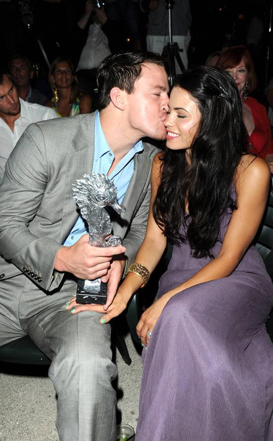 Channing hôn vợ thắm thiết tại Liên hoan âm nhạc và phim ảnh Ischia tháng 7/2010.