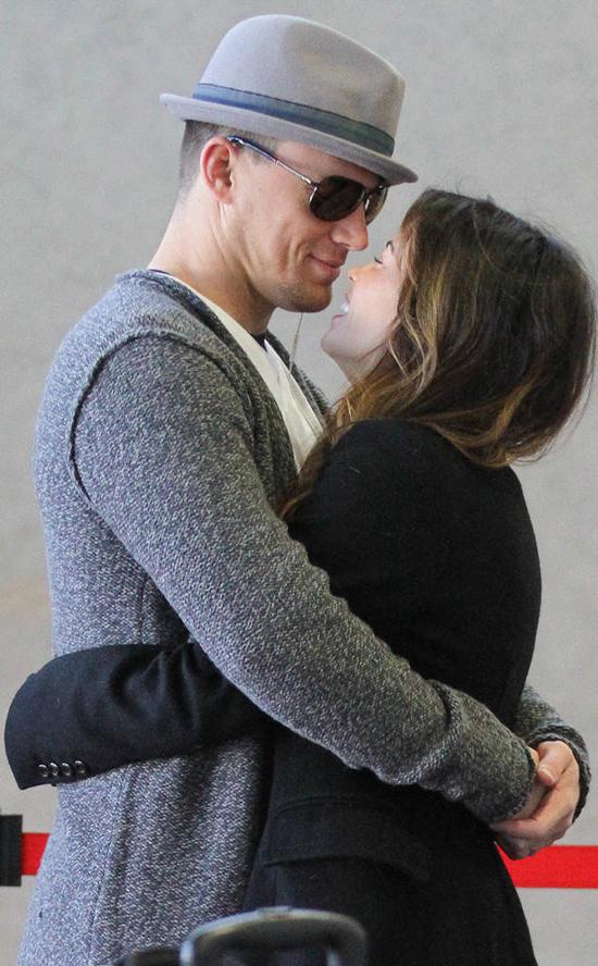 Trên phim cũng như ngoài đời, Channing và Jenna luôn trao cho nhau tình yêu nồng cháy. Cặp đôi ôm nhau tình tứ trong lúc chờ lấy hành lý tại sân bay quốc tế Los Angeles, tháng 2/2012.