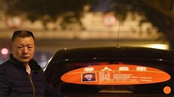 Anh Wang chạy taxi với tấm biển dán sau xe để tìm con gái.
