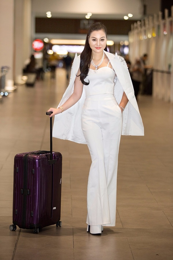 Tân Nữ hoàng Sắc đẹp doanh nhân 2018 khoe sắc ở sân bay