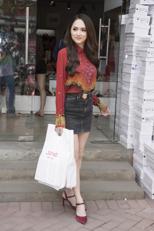 Hoa hậu Mỹ Linh, Ngọc Hân rủ nhau đi mua giày giá rẻ