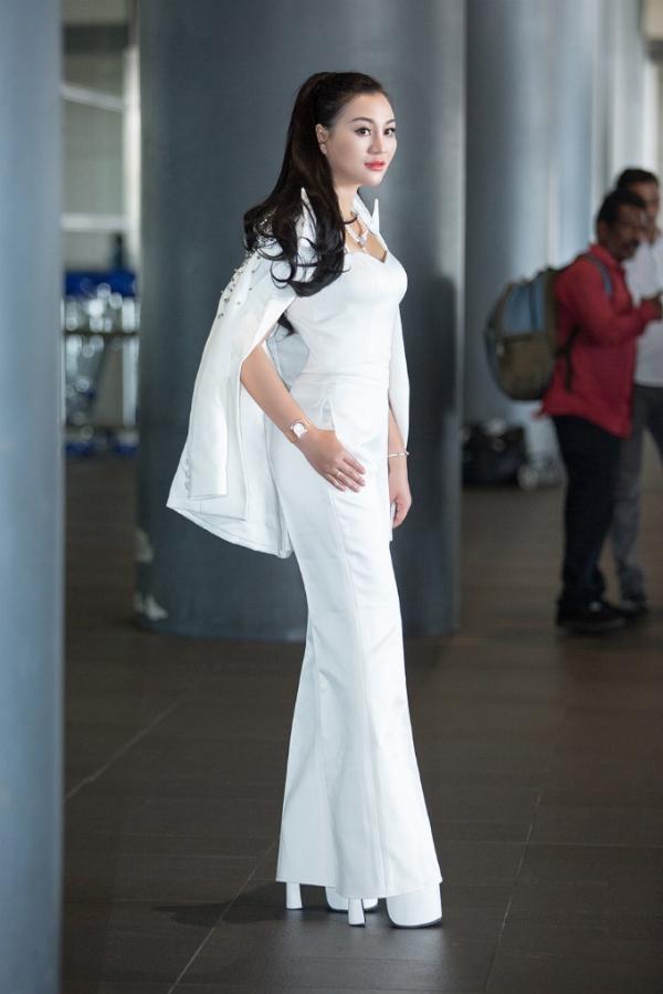Tân Nữ hoàng Sắc đẹp doanh nhân 2018 khoe sắc ở sân bay - 4