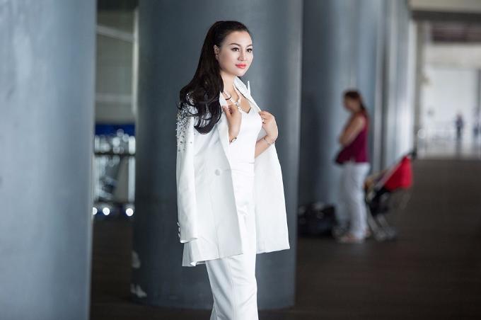 Tân Nữ hoàng Sắc đẹp doanh nhân 2018 khoe sắc ở sân bay - 5