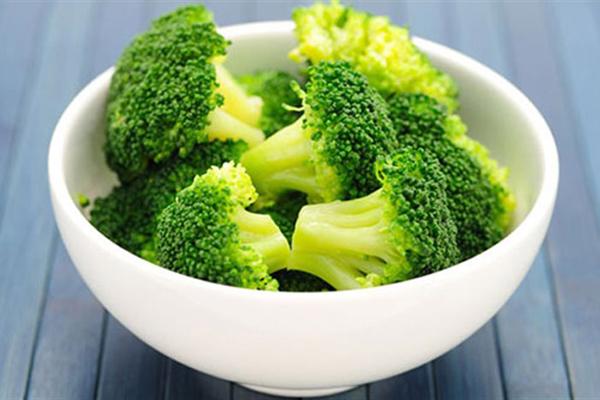 Bông cải xanh cũng chứa rất ít calo, giàu chất xơ, hỗ trợ tiêu hóa, là thực phẩm không thể thiếu trong chế độ giảm cân. Bạn có thể ăn súp lơ luộc