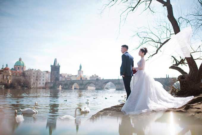 Cô dâu chọn trang phục chụp ảnh là kiểu váy cưới bồng bềnh công chúa để phù hợp với khung cảnh thiên nhiên lãng mạn, đồng thời tôn được vóc dáng của mình.