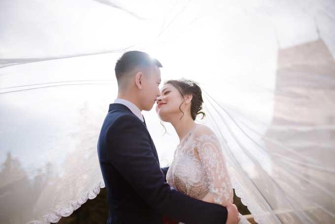 Nhiếp ảnh giađã bắt được những khoảnh khắc thể hiện tình cảm tự nhiên của cô dâu chú rể. Màu ảnh trong sáng theo phong cách đang thịnh hành hiện nay.
