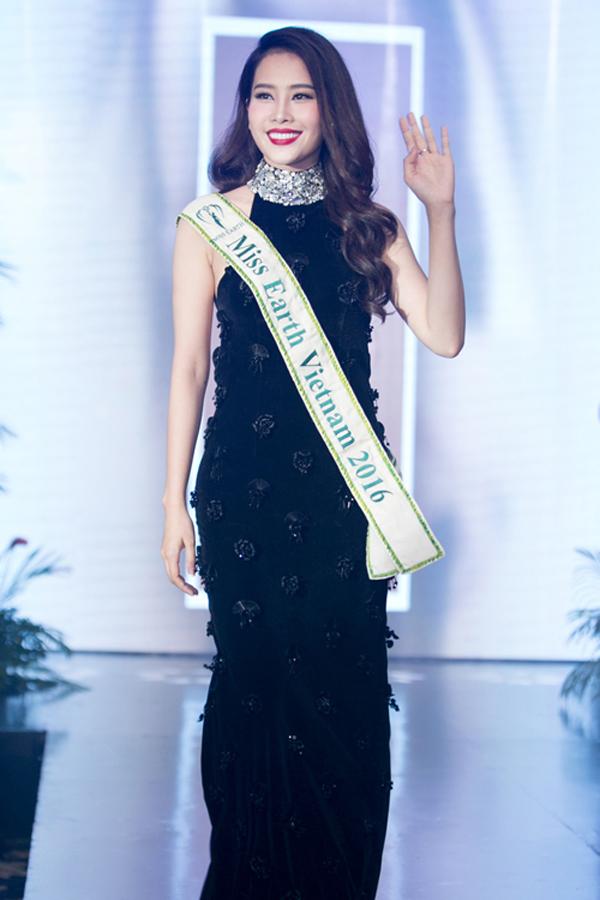 Tháng 10/2016, Nam Em trở thành đại diện của Việt Nam tại cuộc thi Miss Earth.Cô làm nức lòng người hâm mộ trong nước khi liên tục đoạt các giải phụ và lọt vào top nhiều bảng xếp hạng tại cuộc thi.