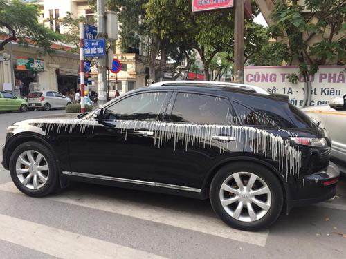 Chiếc xe bất ngờ bị đổ cả xô vữa khi đang lưu thông trên đường.