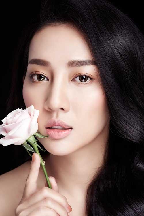 Tone nude: Phong cách trang điểm Hàn Quốc với lớp nền căng bóng vốn là hot trend của năm 2017 và tiếp tục được yêu thích. Chính sự tự nhiên, trang điểm như không trang điểm và tôn lên vẻ khỏe khoắn của làn da là điểm đặc biệt khiến các cô dâu phải lòng phong cách makeup này. Xu hướng năm nay cô dâu có thể chọn thêm phấn nền tone nâu căng bóng nếu muốn thể hiện cá tính mạnh của mình.
