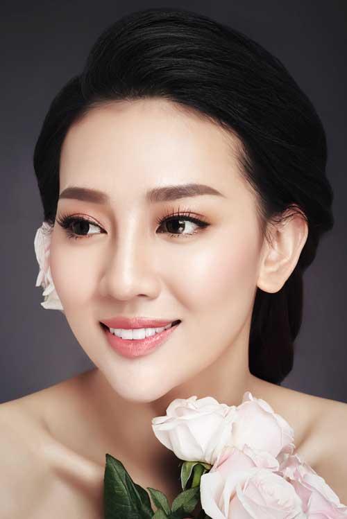 Tone hồng: Được xem là gam màu dễ tính nên dường như sắc hồng cũng được các cô dâu lựa chọn nhiều hơn cả cho ngày cưới của mình. Trang điểm với sắc hồng nhẹ và làn da căng bóng, cô dâu nổi bật với vẻ đẹp trong sáng, tinh khôi.