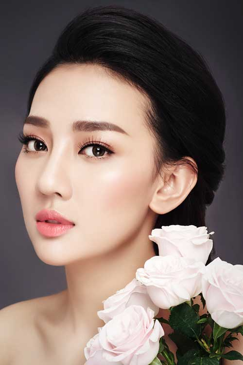 Đôi mắt được trang điểm đơn sắc, cùng tone với son môi nhưng đường kẻ eyeliner được tiết chế đơn giản, không kéo dài đuôi hay nhấn đậm để giữ được nét dịu dàng cho cô dâu.