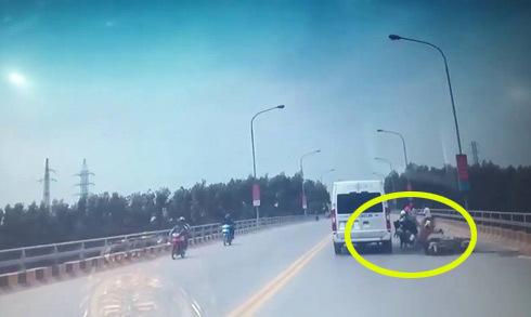 Đôi nam nữ suýt mất mạng vì tông vào xe máy quay đầu trên cầu