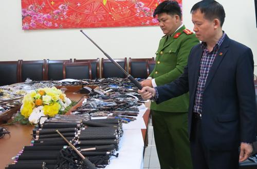 Hàng trăm loại công cụ hỗ trợ của Ngọc bị cảnh sát thu giữ.
