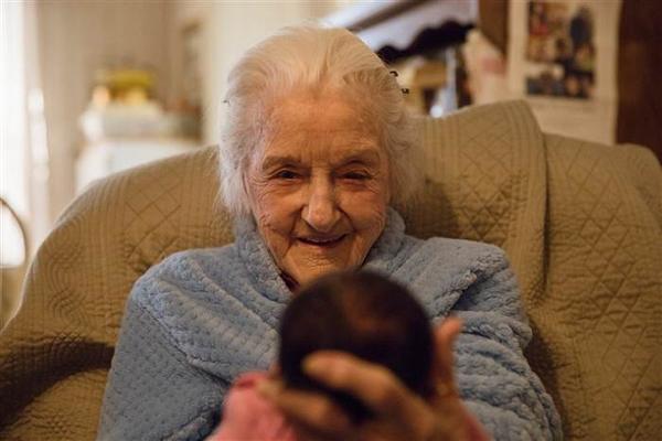 Cụ Roper mỉm cười khi lần đầu tiên gặp chít gái đầu tiên của gia đình. Ảnh:Kayla Tracy.