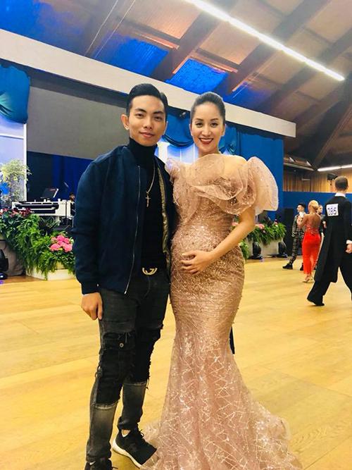 Vừa trở về từ Italy, Khánh Thi đã vác bụng bầu đi event.