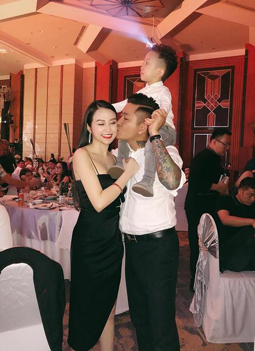 Khoảnh khắc hạnh phúc của gia đình Tuấn Hưng khi rủ nhau đi ăn cưới.