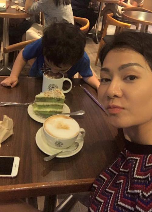 Thu Minh đi cà phê với con trai và không quên dìm hàng: Cafe tối với thằng bạn thân. Nữ ca sĩ chưa từng công bố dung nhân của hoàng tử nhỏ.