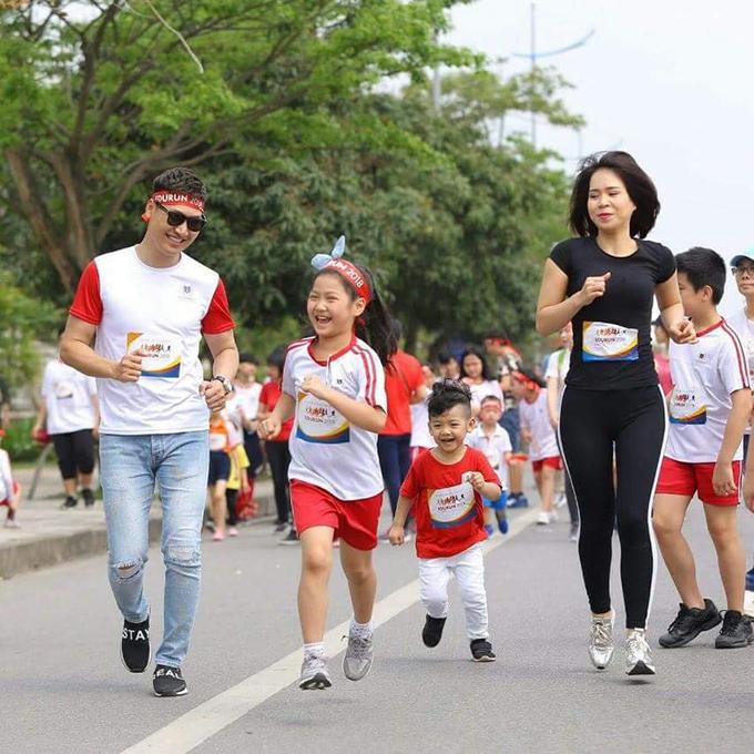 Gia đình Mạnh Trường gồm 4 thành viên mà chạy khoẻ hơn các cô nhiều.