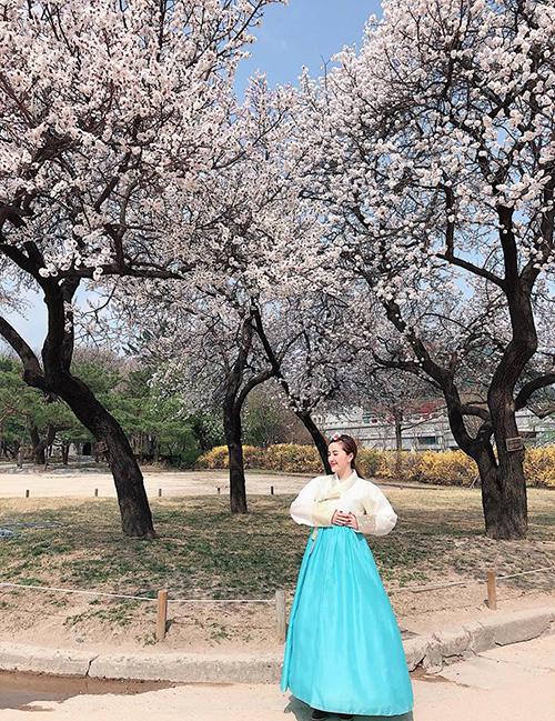 Bảo Thy tiếp tục phong cách Hàn Quốc khiến dân tình ghé thăm nhiều di tích đẹp ở Seoul để chiêm ngưỡng mùa hoa anh đào.