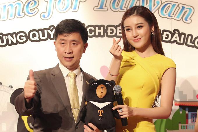Huyền My tươi tắn chụp hình với đại diện của Cục du lịch Đài Loan tại event.