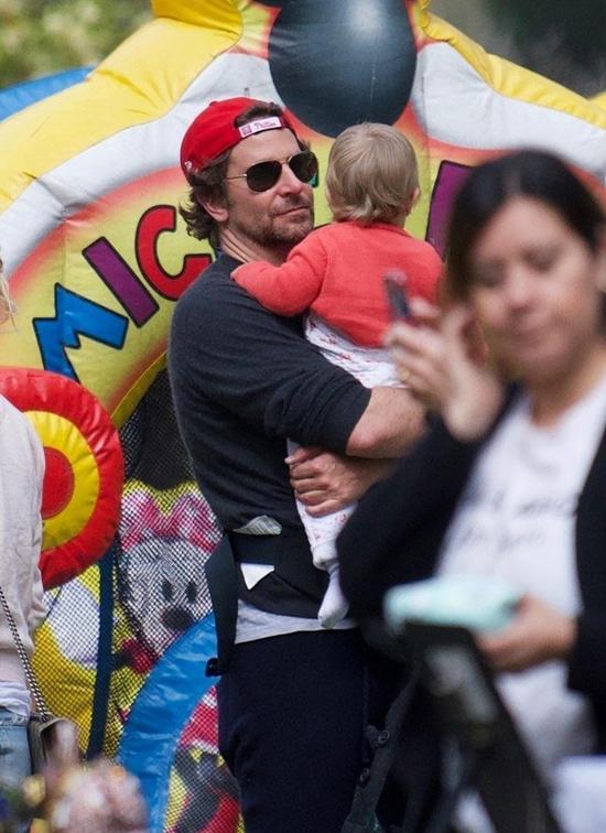Thời gian vừa qua, Bradley cũng bận rộn đóng phim A Star Is Born cùng Lady Gaga nhưng anh luôn thu xếp thời gian để ở bên gia đình.