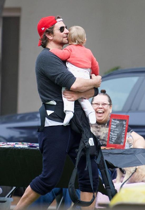 Bradley Cooper dành cả ngày nghỉ lễ Phục sinh cùng con gái và siêu mẫu Irina Shayk dạo phố ở Brentwood, Los Angeles. Nam diễn viên mặc bộ đồ tuềnh toàng, xắn quần cao và đeo dây dịu lủng lẳng trong lúc bế con.