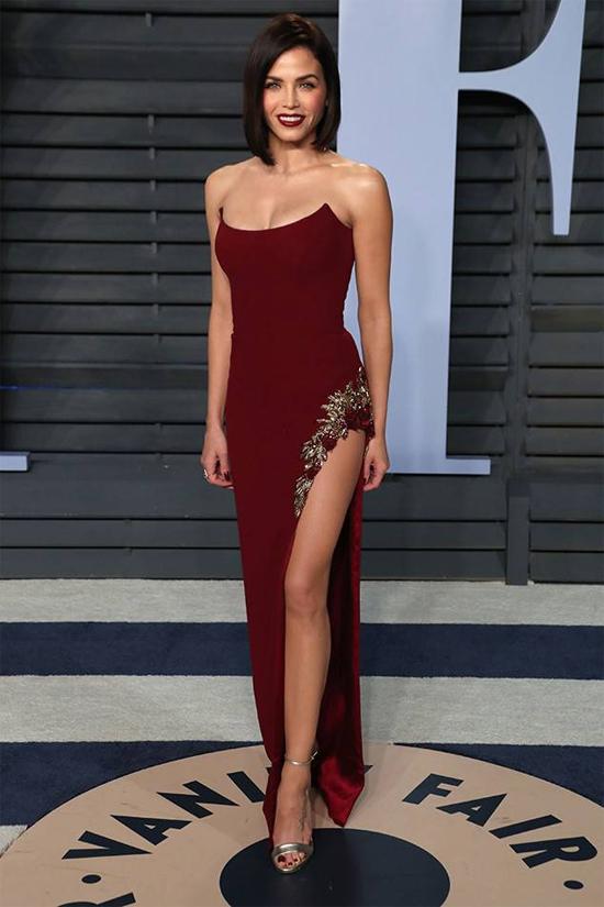 Không có nhiều dấu hiệu hôn nhân rạn vỡ nhưng giờ đây các fan mới nhận ra rằng, từ đầu năm đến nay, Jenna Dewan luôn đi dự tiệc một mình. Cô mặc bộ đầm sexy tham dự tiệc hậu lễ trao giải Oscar vào đêm 2/3 - sự kiện mà trước nay Jenna đều sánh đôi cùng chồng.
