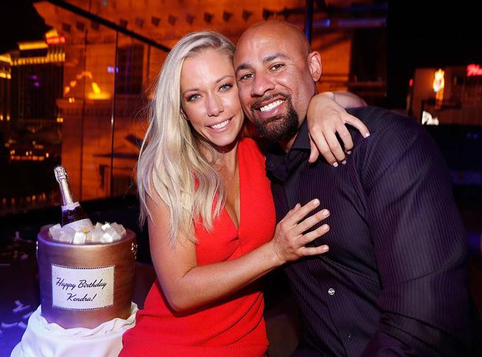 Kendra Wilkinson và Hank Baskett ly hôn sau 10 năm chung sống.