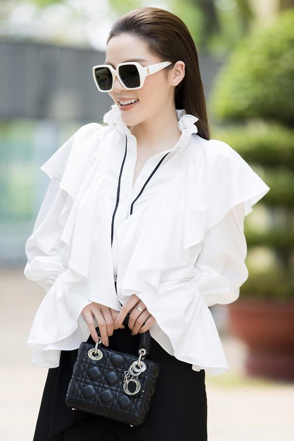 Kỳ Duyên được stylist Mạch Huy, chuyên gia trang điểm Quân Nguyễn và tạo mẫu tóc Pu Lê chăm chút dung nhan kỹ lưỡng khi đi ghi hình gameshow mới. Năm nay hoa hậu có kết hoạchtham gia nhiều chương trình truyền hình thực tế.