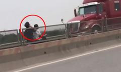 2 cô gái đầu trần phóng xe máy ngược chiều vun vút trên cao tốc
