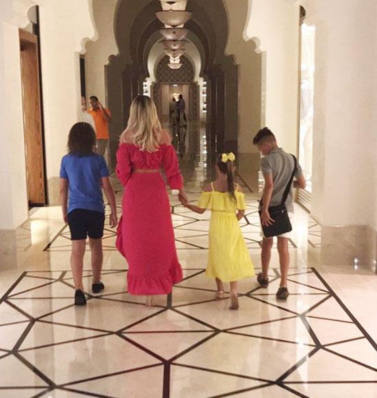 Thời gian dành cho gia đình, ông bố 39 tuổi viết khi chụp ảnh từ phía sau bạn gái đang nắm tay công chúa nhỏ, sánh bước cùng hai con trai lớn.
