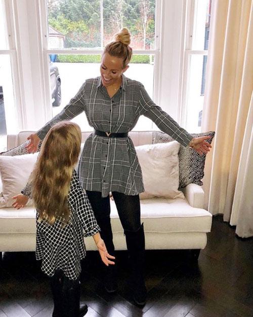 Người đẹp 26 tuổi ngày càng thân thiết với các con riêng của Rio Ferdinand, thường xuyên mặc đồ ăn ý với bé Tia.