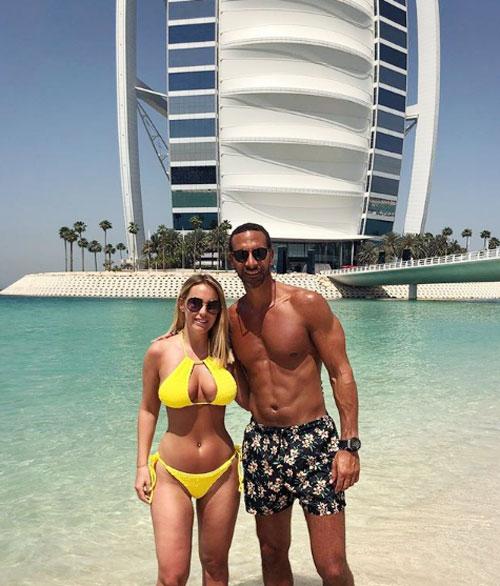 Rio Ferdinand cùng các con và bạn gái quyến rũ Kate Wright tận hưởng kỳ nghỉ lễ phục sinh ở Dubai hôm cuối tuần. Trên trang cá nhân, người đẹp 26 tuổi