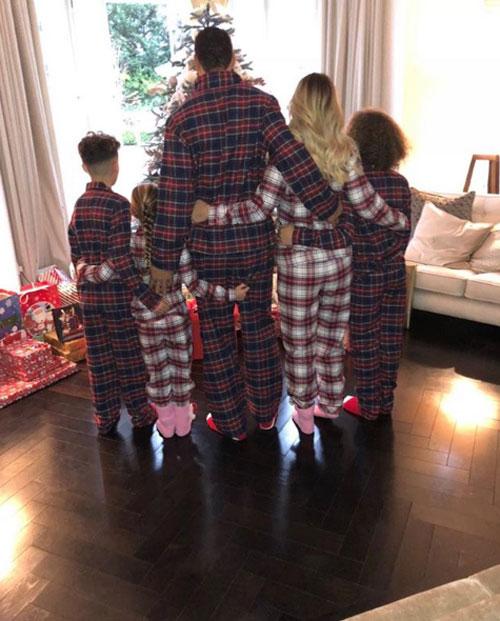 Trong bức ảnh mừng Giáng sinh vừa qua, Ferdinand và hai con trai là Lorenz và Tate mặc đồ ngủ giống nhau trong khi Kate và Tia cũng đồng phục một màu, thể hiện rằng cả 5 là một gia đình hạnh phúc.