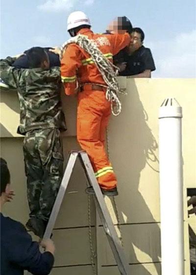 Lính cứu hỏabê người đàn ông xuống.