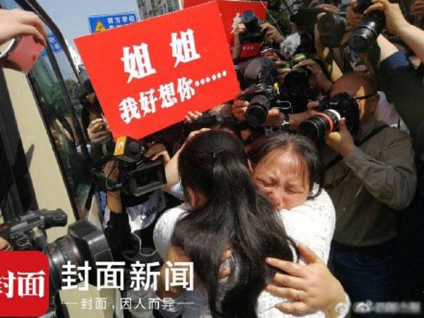 Chị Liu cũng không giấu nổi cảm xúc hạnh phúc khi được nhìn thấy con gái sau 24 năm.