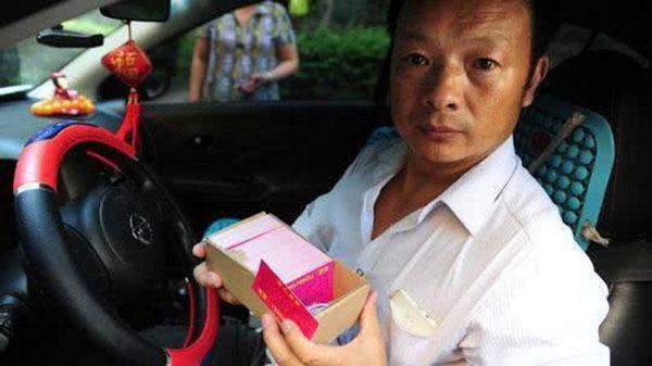 Wang từng đi phát tờ rơi, nhờ hành khách chia sẻ thông tin con gái lên mạng suốt nhiều năm ròng.