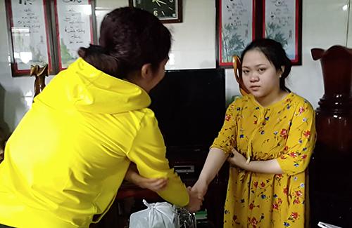 Bà Nghĩa (bên trái) bắt tay chị Hiên sau khi đọc lá thư xin lỗi. Ảnh: Anh Thư.