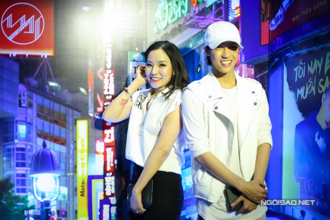 Chiều 3/4, Lý Phương Châu - Hiền Sến mặc ton-sur-ton đi sự kiện ở TP HCM. Sau khi công khai yêu nhau, cặp đôi được nhiều bạn bè, khán giả ủng hộ.
