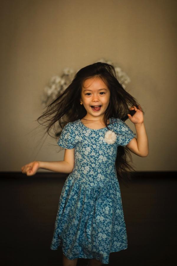 Con gái Đoan Trang mặc lại váy của cô cách đây 36 năm - 5