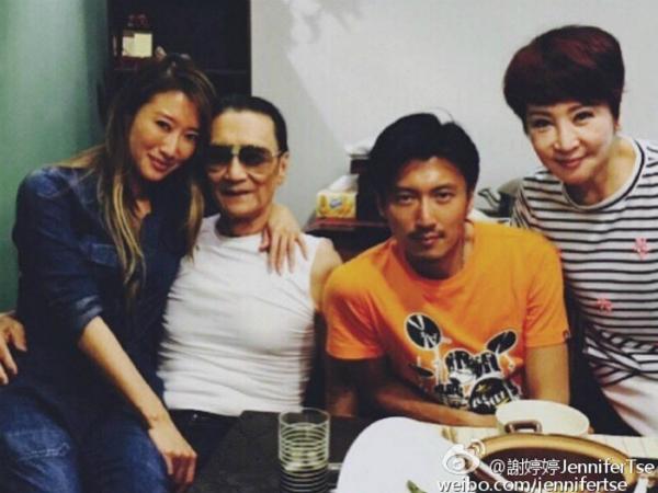 Hai anh em Tạ Đình Phong chụp ảnh cùng bố và mẹ.