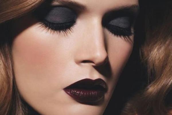 Trang điểm mắt và môi cùng tone trầm