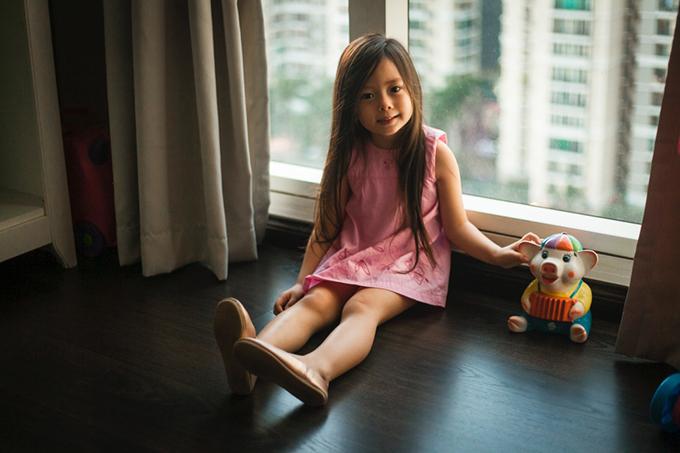 Con gái Đoan Trang mặc lại váy của cô cách đây 36 năm