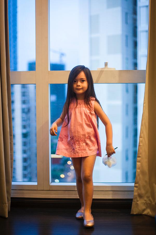 Con gái Đoan Trang mặc lại váy của cô cách đây 36 năm - 1