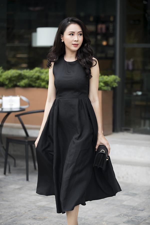 Váy xoè dáng ngắn chấm gối giao hoà giữa phong cách cổ điển và hơi thở đương đại cũng được đưa vào bộ sưu tập dành cho mùa nắng tháng 4.