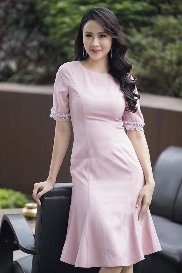 Nắm được tâm lý của chị em văn phòng, nhiều nhà mốt Việt không chỉ đầu tư cho dòng thời trang dạ tiệc, dạo phố mà còn tích cực đầu tư cho mảng thời trang công sở.
