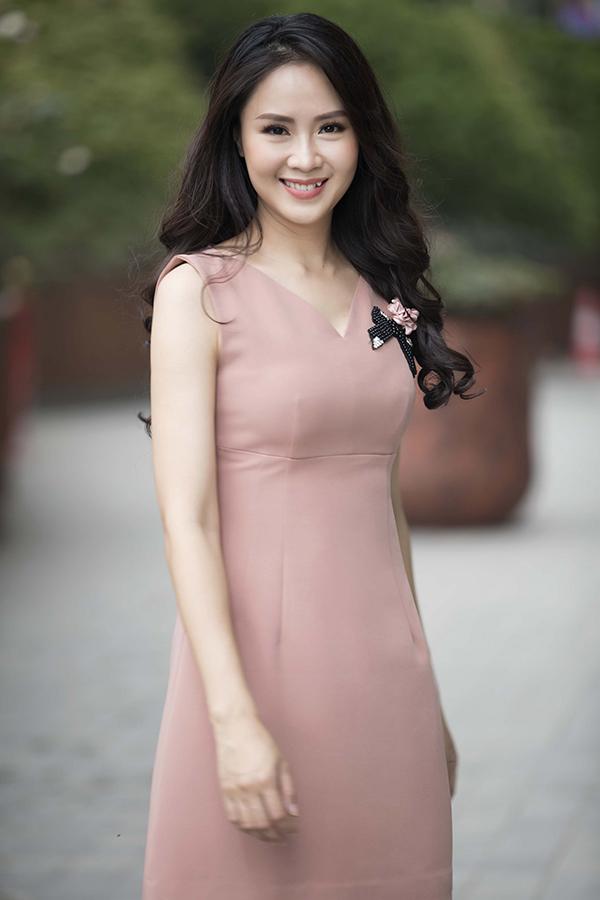 Ngoài các tông màu đỏ, trắng, đen khá quen thuộc, với các thiết kế lần này nhà mốt Việt còn giới thiệu thêm các kiểu váy tông màu nude, màu tím và hồng pastel phù hợp với không khí mùa hè.