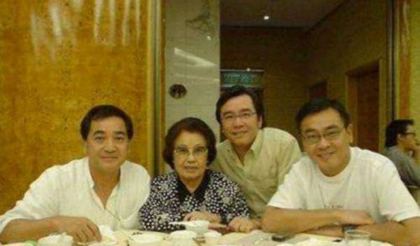Ba anh em Khương Đại Vệ chụp ảnh cùng mẹ là Lý Lâm Lâm.