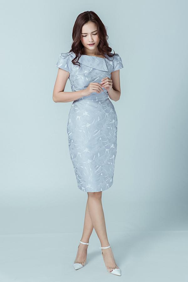 Những tiểu tiết rất nhỏ như cổ áo, phần cầu vai, cánh tay, ngực áo đều được thực hiện một cách tỉ mỉ để mang tới nét tinh tế cho bộ trang phục.