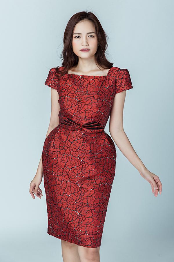 Thiết kế váy phồng hông mang đặc trưng của nhà mốt tiếp tục được khai thác và thêm những điểm nhấn mới lạ, trẻ trung hơn.